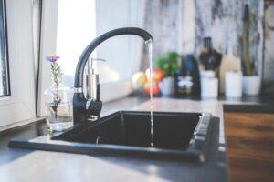 grifo de cocina con agua
